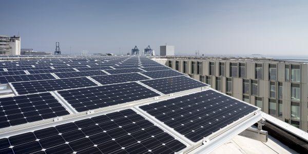 Taget er beklædt med solpaneler, der producerer energi til opvarmning