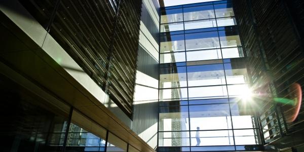 Du kommer fra den ene bygning til den anden via en svævende glasgang