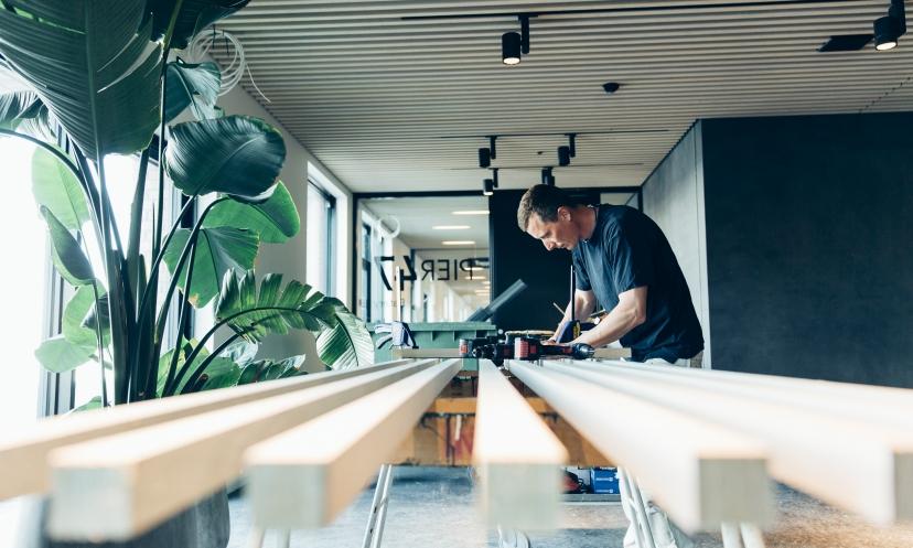 Trælistelofterne med bløde polyestermåtter virker akustikregulerende