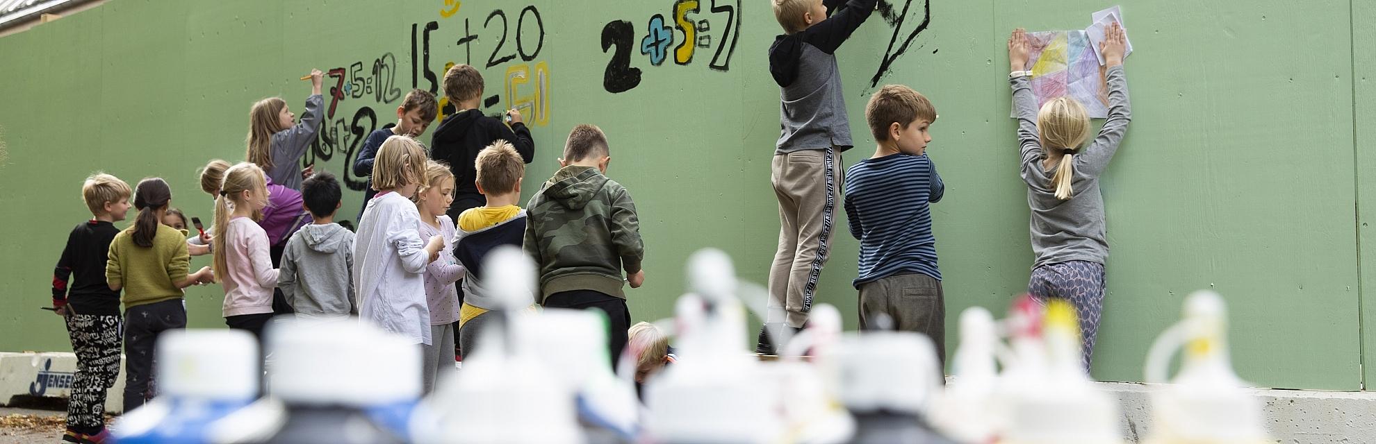 Skovvangsskolen maler byggehegn